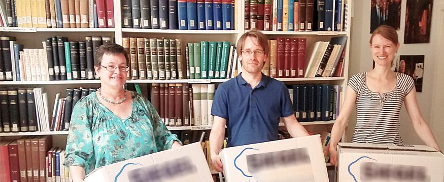 V. l.: FamiliennamenforscherinDr. Rita Heuser, Dipl.-Inform. (FH) Jörg Hambuch (beide DFD) und Frauke Rüdebusch (GfdS) bei der Übergabe der Bücher. © GfdS