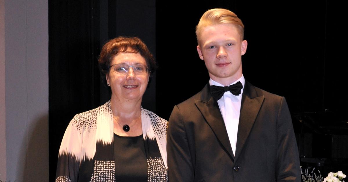 Schulleiterin A. Wallner mit Preisträger Christian Höffner; Foto: Günter Breu