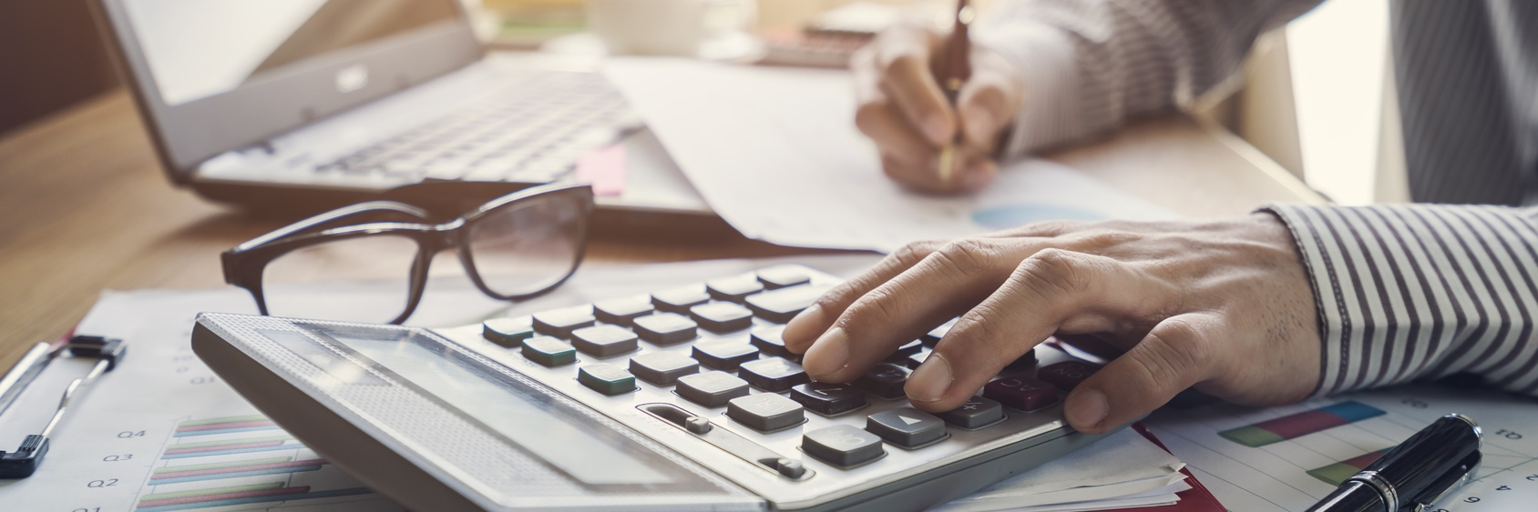 Foto: Businessman working on Desk office business financial accounting calculate © Kittiphan | Fotolia.com
