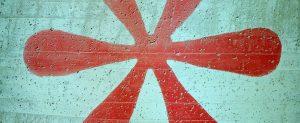 Ein roter Asterisk auf grauem Beton